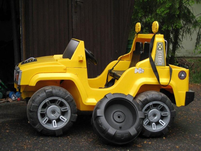 Huddinge M-vägen, nytt hjul till lille AJE:s eldrivna jeep, 29 maj 2013