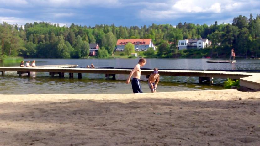 Nacka Lännersta, ALA och lille AJE badar i Bagarsjön, 15 juni 2014