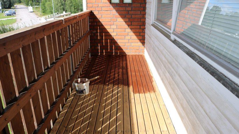 Gnarp S-vägen, valnötsfärgad träolja till balkonggolvet, 10 augusti 2017