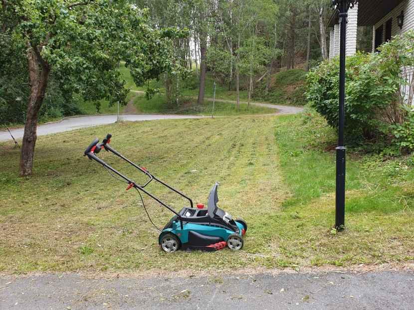Huddinge M-vägen, gräsklippning, 9 juli 2019